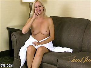 Payton Leigh gives you a warm interview