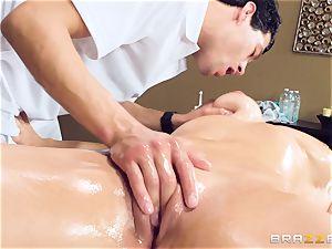 Oily muff massage with Skylar Snow