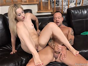 Goldie likes a Finger in Her culo and providing Footjobs